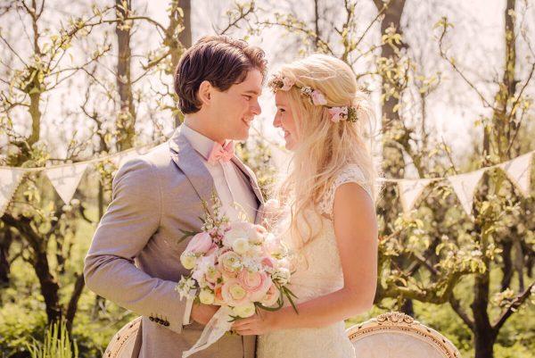 trouwen tussen de perenbloesem
