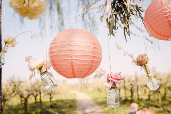 romantische lampionnen en bloemen Wedding Eve