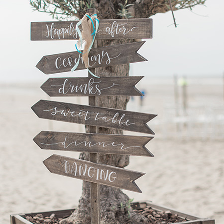 houten wegwijsbord bruiloft