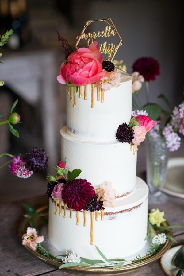 bruidstaart gouden drie en bloemen